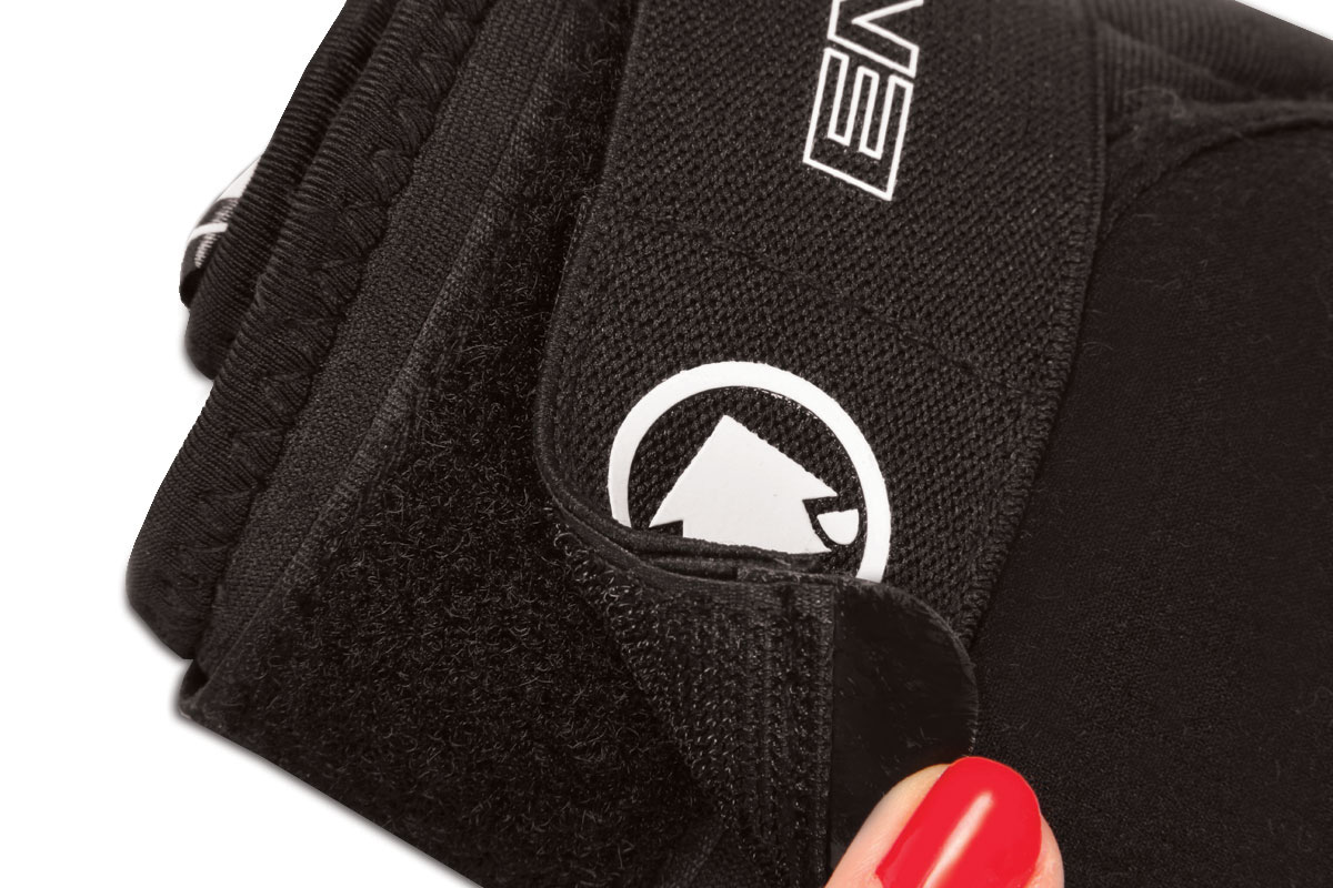 Jacquard elastic Velcro® straps to secure in place with easy-grab griptabs